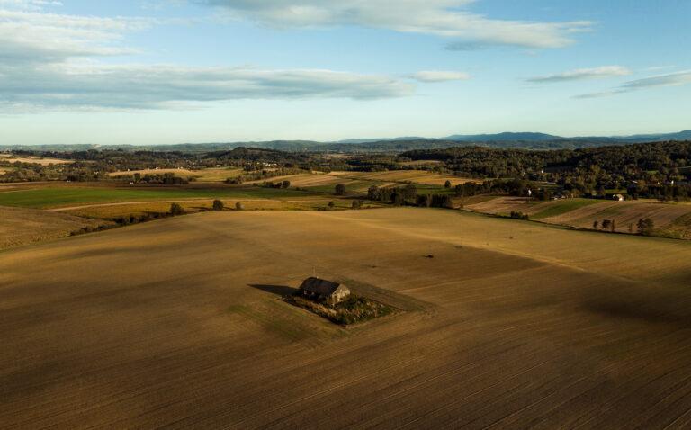 Domek na środku pola