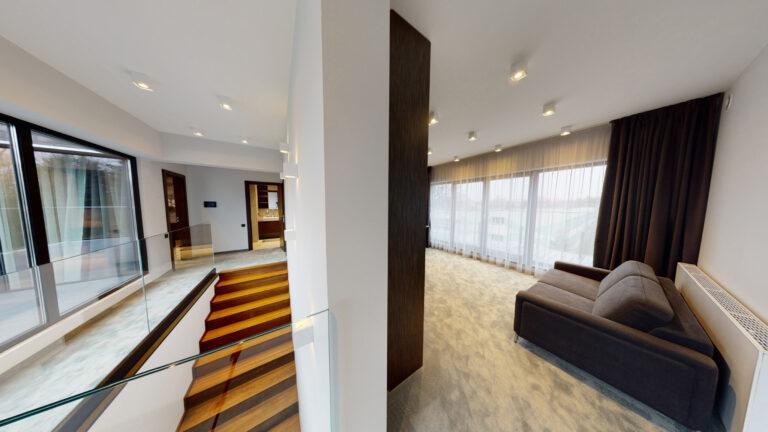 Apartament drewniane schody fotografia wnętrz