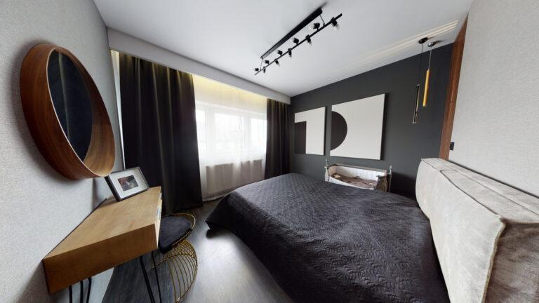 Drewniane lustro w sypialni